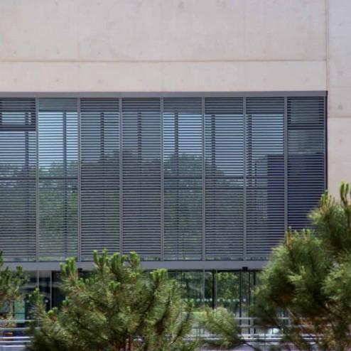 Фасадные жалюзи неподвижные на здании