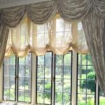 австрийские шторы на большом окне