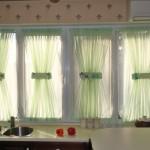 Витражные шторы на окнах, в интерьере