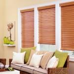 Горизонтальные деревяннве жалюзи на окнах
